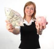 Eine Frau, die ihre Dollar sichert stockbild