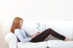 Eine Frau, die in ihrem Raum arbeitet lizenzfreie stockfotografie