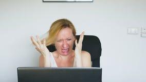 Eine Frau, die ihren Laptop, sitzend am Tisch verwendet, wird plötzlich aufgerüttelt und geekelt Menschliche Gefühle Hand gezeich lizenzfreie stockfotos