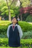 Eine Frau, die Meditation Fuxing-Parkshanghai-Porzellan ausübt Stockbild