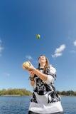 Eine Frau, die mit Äpfeln jongliert Stockfotografie