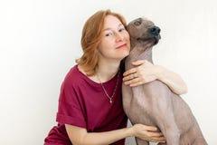 Eine Frau, die mit einem Hund umarmt stockfoto