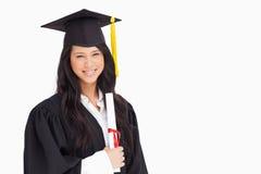 Eine Frau, die mit ihrem Grad steht Lizenzfreie Stockfotos