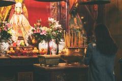 Eine Frau, die Respekt zu Buddha-Bild zahlt lizenzfreie stockfotografie