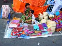 Eine Frau, die Sarees verkauft stockfotos