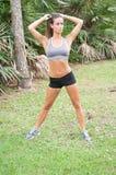 Eine Frau, die vor einem Training ausdehnt lizenzfreie stockfotos