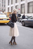 Eine Frau, die wartet, um die Straße bei Lincoln Center zu kreuzen stockfotografie