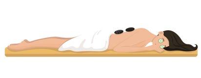 Eine Frau in einem Badekurort liegt auf einer Couch Lokalisiertes Bild lizenzfreie abbildung