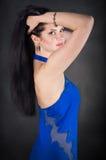 Eine Frau in einem blauen Kleid Lizenzfreie Stockfotografie