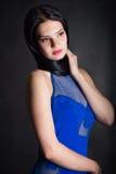 Eine Frau in einem blauen Kleid Stockbilder