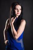 Eine Frau in einem blauen Kleid Lizenzfreie Stockfotos