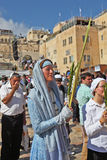 Eine Frau in einem frommen Kleid hält das lulav an Lizenzfreies Stockfoto