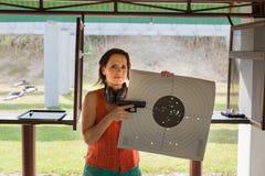 Eine Frau an einem Schießstand Stockfotos