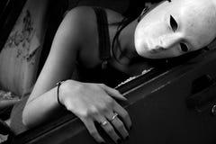 Eine Frau in einem zerschmetterten Auto Lizenzfreie Stockfotos