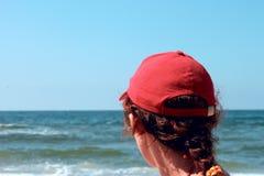 Eine Frau in einer roten Schutzkappe Stockfotos