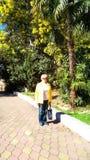 Eine Frau gegen den Hintergrund von Palmen und Mimosen stockbilder