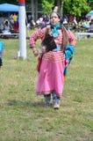Eine Frau gekleidet als amerikanischer Ureinwohner lizenzfreies stockfoto