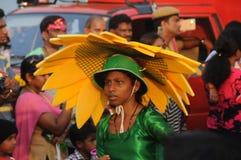 Eine Frau im grünen Kleid im Karneval bei Goa, Indien stockfoto