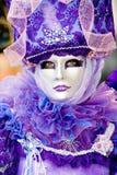Eine Frau im Kostüm Stockbild