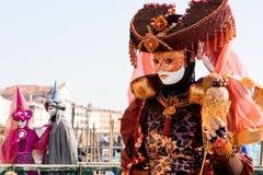 Eine Frau im Kostüm am Venedig-Karneval Lizenzfreie Stockfotos