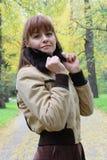 Eine Frau im Park lizenzfreie stockfotos