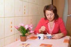 Eine Frau isst eine Eiscreme lizenzfreie stockbilder