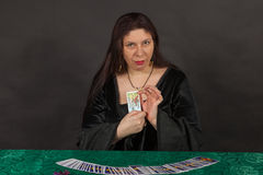 Eine Frau ist Messwerttarot Karten Stockfoto