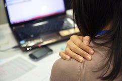 Eine Frau ist Schulterschmerz lizenzfreies stockfoto