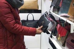 Eine Frau kauft eine Handtasche lizenzfreies stockbild