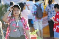 Eine Frau kleidet bunte Kleidung während Songkhran-Feiertags Lizenzfreies Stockbild