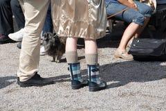 Eine Frau kleidete in den Gummistiefeln und in den woolen Socken, kleines kleines an Stockfotografie