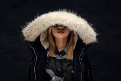 Eine Frau kleidete in der Winterjacke mit tiefer Pelzhaube an Lizenzfreie Stockbilder