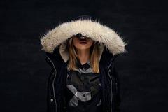 Eine Frau kleidete in der Winterjacke mit tiefer Pelzhaube an Lizenzfreies Stockfoto