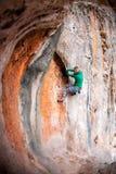 Eine Frau klettert den Felsen stockbild