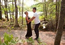 Eine Frau lacht über ihren Ehemann im Wald Lizenzfreie Stockbilder