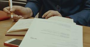 Eine Frau macht einen Eintritt im Tagebuch stock video