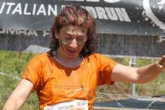 Eine Frau mit dem Gesichtsschmutz mit Schlamm Lizenzfreie Stockfotografie