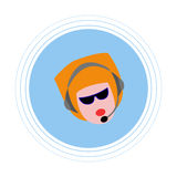 Eine Frau mit dem roten Haar mit Kopfhörern mit Mikrofon Flache Ikone Stockfotos