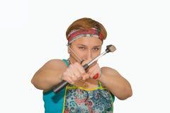 Eine Frau mit einem Hammer und einem Schraubenzieher, das Konzept von starken Frauen, Gleichberechtigung der Geschlechter stockbilder