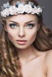 Eine Frau mit einem Kranz von Blumen auf ihrem Kopf stockfotografie