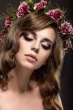 Eine Frau mit einem Kranz von Blumen auf ihrem Kopf Stockbild