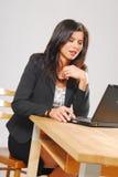 Eine Frau mit einem Notizbuch Stockfotos