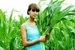 Eine Frau mit einer Ernte in der Hand Lizenzfreie Stockbilder