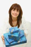 Eine Frau mit Geschenken Lizenzfreie Stockfotografie