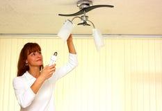 Eine Frau mit Glühlampe Lizenzfreies Stockfoto
