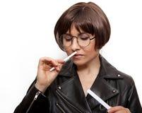 Eine Frau mit Papierstreifen in ihren Händen hört auf den Duft stockfoto