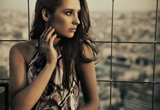 Eine Frau oben auf das Gebäude Lizenzfreie Stockfotos