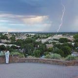 Eine Frau passt ein Gewitter vom Fort Marcy Park auf Stockbild