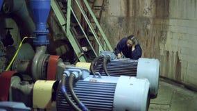 Eine Frau prüft die Leistungsfähigkeit der Pumpe stock video