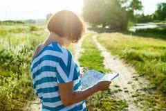 Eine Frau reist, hintere Ansicht Lizenzfreie Stockfotografie